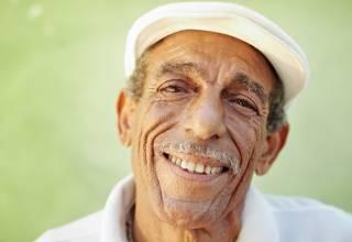 vieux monsieur cubain souriant